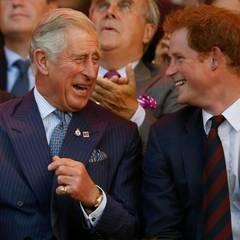 Was es da wohl zum Lachen gibt? Prinz Charles und sein Sohn amüsieren sich.