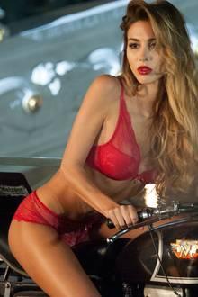 """Das Motto des """"Lambertz-Kalender 2015"""" lautet """"Around Midnight in Paris"""". Mit dabei Mario Götzes Freundin Ann-Kathrin Brömmel."""