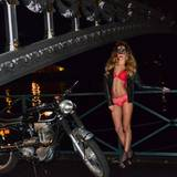 Ann-Kathrin Brömmel posiert mit Maske auf einer Brücke über die Seine.