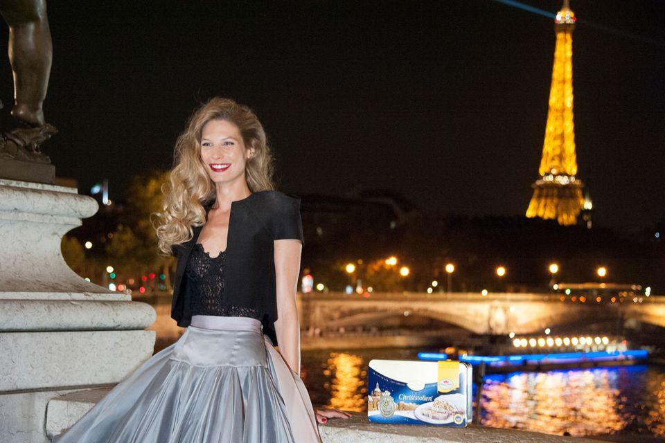 Was für ein Panorama! Sarah Brandner lässt sich vor dem Eiffelturm ablichten.