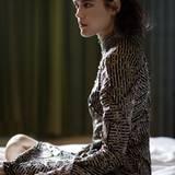 Hochgeschlossenes A-Linien-Kleid von Bottega Veneta, darunter ein Top mit einem kleinen geschmückten Stehkragen, von Comma. Schmuck von Pomellato und Vitamin D Jewellery. Clutch von Giorgio Armani