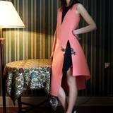 Die Neuinterpretation des schlichten Jumperkleids: asymmetrisches rosa Wollkleid mit schwarzem Unterkleid und Strass-Applikation, von Dior. High Heels mit weißer Sohle, ebenfalls von Dior. Ohrringe von Jonathan Johnson
