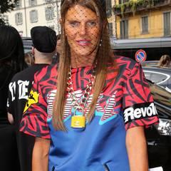 """Für ihre skurrilen Stylings ist """"Vogue""""-Chefin Anna Dello Russo bereits bekannt. Auch zu der Schau von Gucci kam sie in einem extravaganten Outfit."""