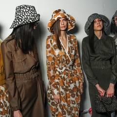 Im Backstage-Bereich von Max Mara warteten die Models fertig gestylt auf ihren Einsatz. Die It-Pieces der Kollektion: gemusterte Hüte, die perfekt zum Outfit passen.