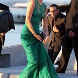 Das grüne Spitzenkleid von Elie Saab kann Toni Garrn auf einer Jacht-Party in St. Tropez auch bestens barfuß tragen.