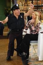 """Große Freude auf """"Phoebes"""" Jungesellinnenabschied: Danny DeVito tritt als Stripper """"Roy"""" auf."""