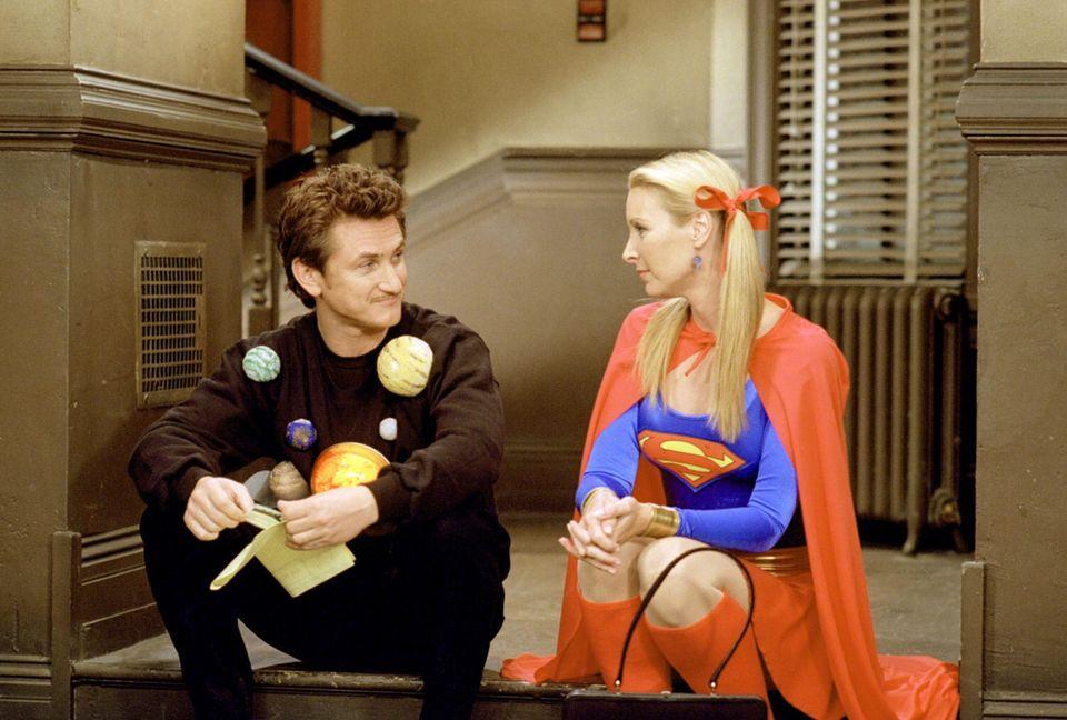"""Sean Penn spielt den Freund von """"Phoebes"""" Zwillingsschwester """"Ursula"""" (beide gespielt von Lisa Kudrow)."""