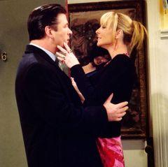 """In zwei Folgen in Staffel 8 mimt Alec Baldwin """"Phoebes"""" Freund."""