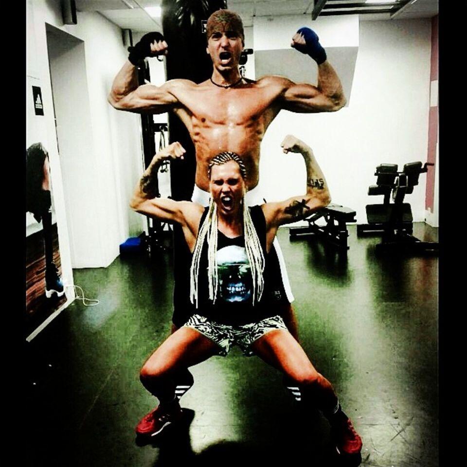 Marcus Schenkenberg zeigt sich mit Trainerin Mikaela Lauren schon in Siegerpose.