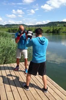 Sein Boxtraining absolviert Christian Tews an einem schönen Tag in der Natur.