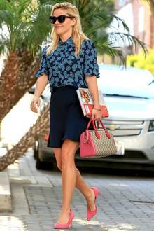 Dieser Sommer-Look von Style-Queen Reese Witherspoon macht richtig gute Laune. Sie kombiniert die blaue Blumen-Bluse mit einem farblich passenden Rock. Durch pinkfarbene Heels und angesagter Gucci-Tasche gestaltet die Schauspielerin ihr Outfit noch spannender.