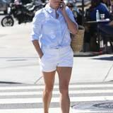 Im hellblauem Hemd und weißer Short beweist Reese Witherspoon mal wieder, dass sie eine echte Streetstyle-Queen ist.
