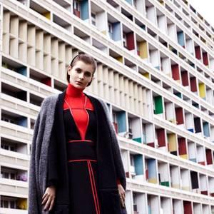 Schicht für Schicht. klassischer Ripp-Rolli in Knallrot, von Riani, und schwarzes Kleid mit roten Lederpaspeln, von Prada. Darüber ein langer Strick-Cardigan in dunklem Anthrazit, von René Lezard, und ein hellgrau melierter Cardigan von Acne Studios. Ringe von Vitamin D Jewellery
