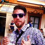 Thomas R., der Bachelorette ist mit Sonnenbrille und einem Maß inkognito unterwegs.