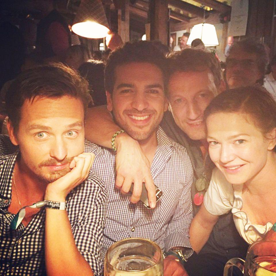 """Tom Schilling, Elyas M'Barek, Wotan Wilke Möhring und Hannah Herzsprung feiern zusammen auf dem Oktoberfest. Sie kennen sich von den Dreharbeiten zum Film """"Who am I""""."""
