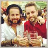Zwei Junggesellen unterwegs: Tim und Andreas, zwei der Bachelorette-Kandidaten aus der letzten Staffel, feiern gemeinsam in München.