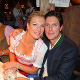 Maria Höfl-Riesch genießt mit ihrem Mann Marcus Höfl die Stimmung im Käferzelt.