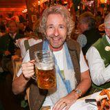 So ein Maß Bier ist ganz köstlich und erfischend, wohl bekomms Thomas Gottschalk.