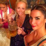 Schöne Aussichten: Sila Sahin und ihre Freundinnen genießen ein kühles Blondes.