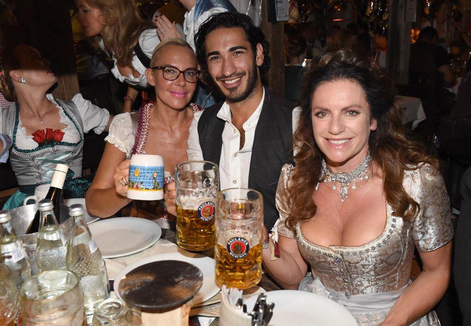 Bitte lächeln! Natascha Ochsenknecht mit ihrem Freund Umut Kekilli und Schauspielerin Christine Neubauer posieren im Käferzelt für die Fotografen.