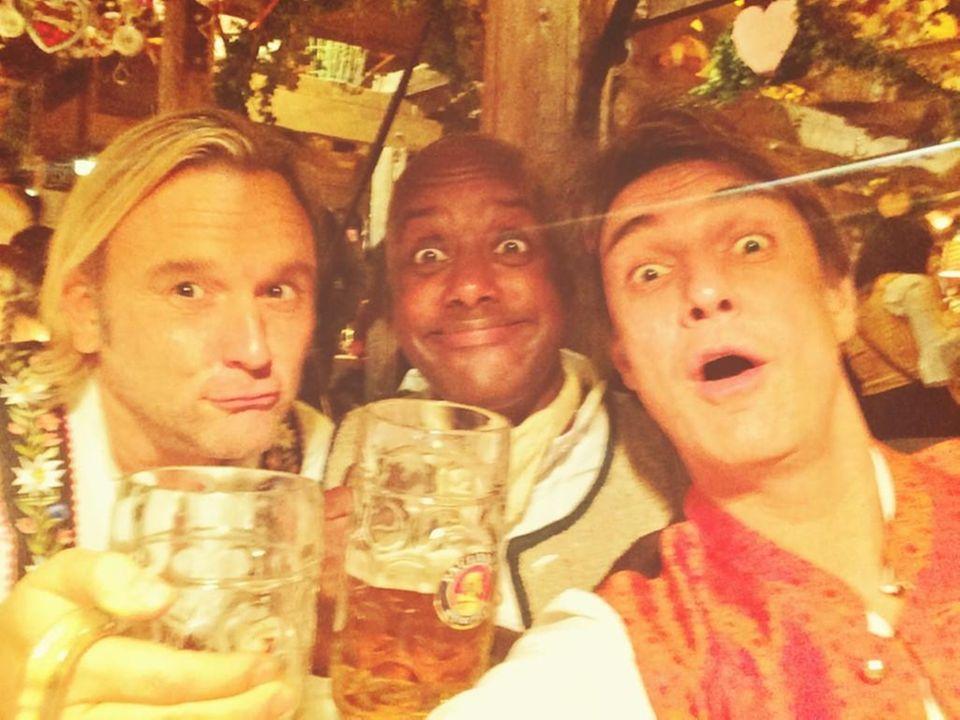 Matze Knop feiert gemeinsam mit Freunden und jede Menge Bier.