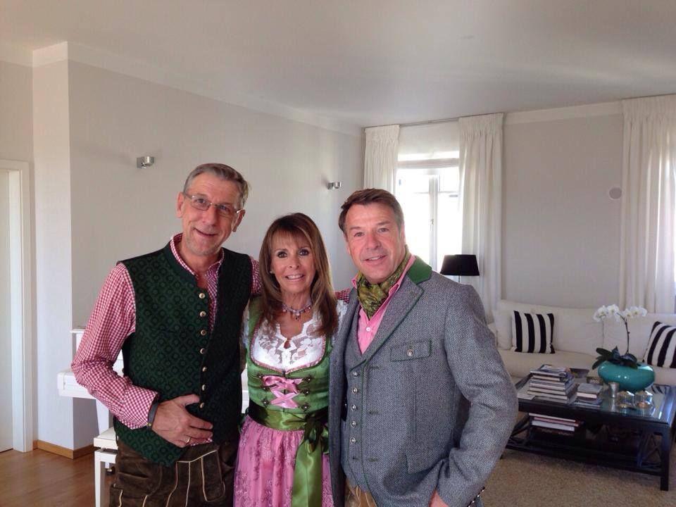 Gleich gehts auf die Wiesn. Patrick Lindner macht mit Sängerin Ireen Sheer und seinem Freund Peter Schäfer ein Foto als Erinnerung.