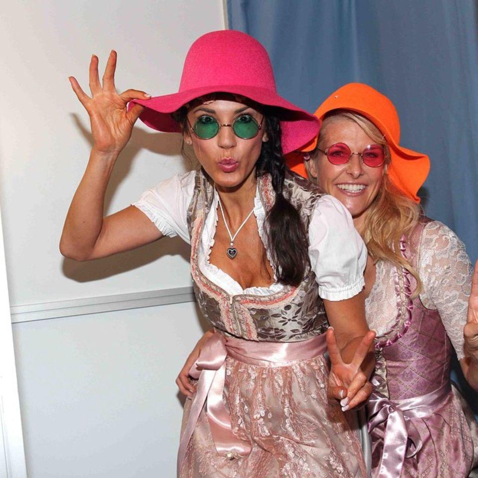 """Auch Mariella Ahrens und Natascha Grün haben jede Menge Spaß beim """"Hippie Wiesn""""-Abend."""