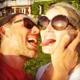 sondern auch hier betrachten: Mit ihrem Mann Eric Johnson scheint Jessica gerne auf Tuchfühlung zu gehen!