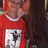 Ein Küsschen von Mama gibt es für Romeo Beckham auf diesem Instagramschnappschuss. Der zweitälteste Sohn von Victoria Beckham scheint aber nichts dagegen zu haben.
