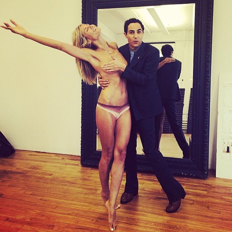"""Und nach ihrer Modenschau darf es dann noch etwas weniger Kleidung sein! Bei diesem Instagram-Post lässt Heidi von Designer Zac Posen gerade noch das Nötigste bedecken. Folgt Heidi etwa der Regel: """"Je freizügiger, desto mehr Likes?"""""""
