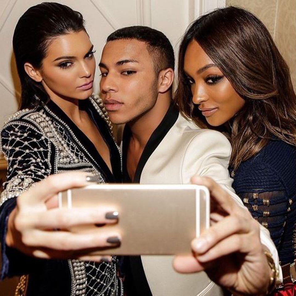 """Behind the Selfie: Für Kendell Jenner, Balmain-Designer Oliver Rousteing und Topmodel Jourdan Dunn ist """"Squinching"""" nichts Neues. Die Trend-Pose, die leicht an einen lasziven Schlafzimmerblick erinnert, funktioniert bei den drei Selfie-Profis wie auf Knopfdruck."""