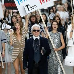 Star-Designer Karl Lagerfeld hat sich auch für seine Frühjahrskollektion 2015 eine tolle Inszenierung einfallen lassen. Er machte aus seinem Laufsteg einen Demonstrationsplatz und lässt Supermodels wie Gisele Bundchen und Toni Garrn für Frauenrechte protestieren.
