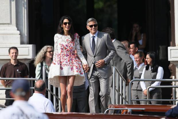 """Als Mann und Frau verlassen George Clooney und Amal das Hotel """"AMal Canal Grande"""", in dem die Hochzeitsfeierlichkeiten stattfanden."""