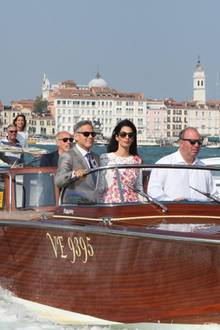 George Clooney und Amal genießen die Fahrt auf dem Canal Grande.