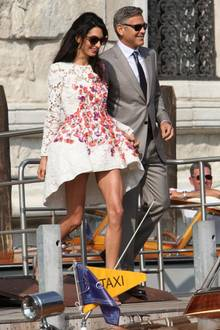 Das frisch verheiratete Paar geht zu einem Wassertaxi.