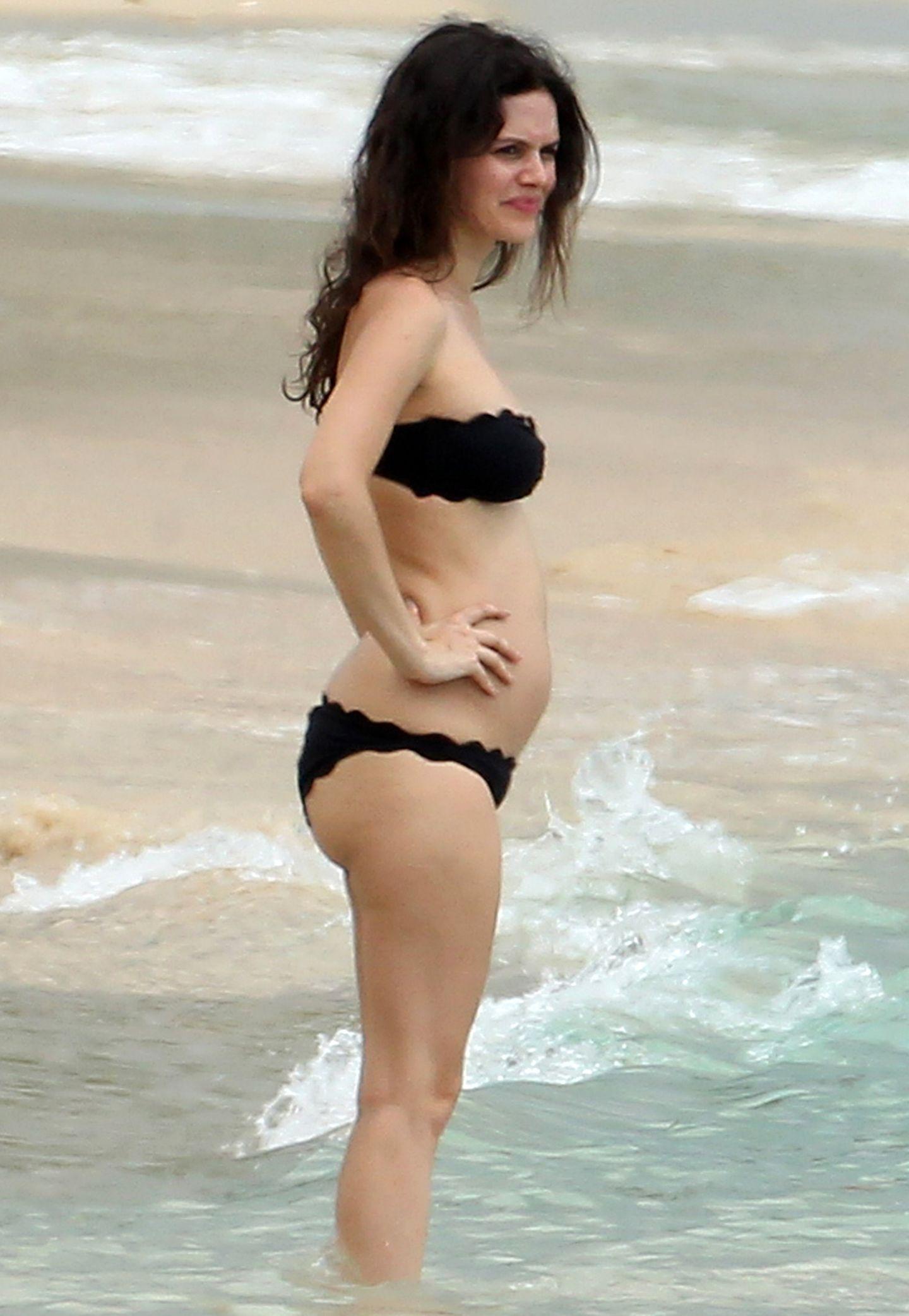 Im schlichten Bandeau-Bikini von Marysia präsentiert Rachel Bilson stolz ihren anfangs kleinen Babybauch. Auf ein Muster kann der Serien-Star bei diesem Zweiteiler verzichten, denn allein der gewellte Saum gibt ihm das gewisse Etwas.