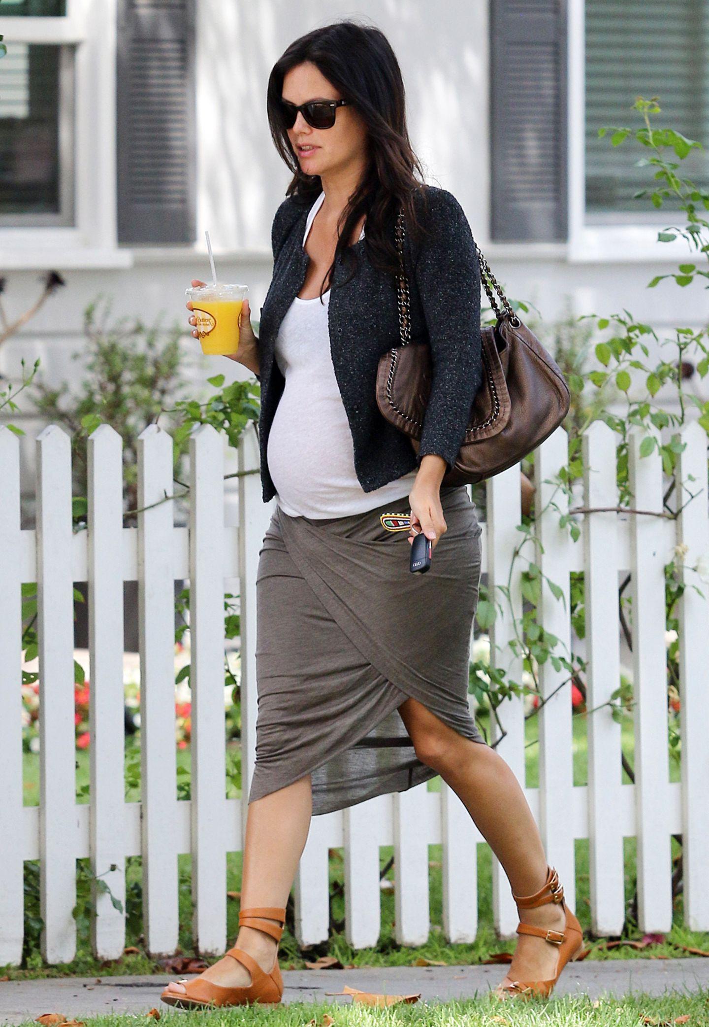 In einem stylischen Rock in Wickel-Optik und hübschen Bouclé-Jäckchen beweist Rachel Bilson, dass auch Umstandsmode voll im Trend liegen kann.