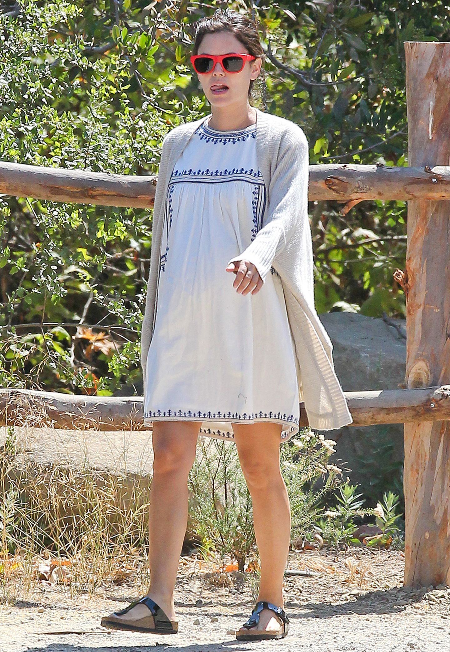"""Damit sie in ihrem bestickten Sommerkleid nicht friert, kombiniert Rachel Bilson dazu ganz einfach eine lange Strickjacke und überzeugt so mit einem hübschen """"Boho-Lagen-Look""""."""