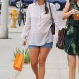 Casual trifft auf schick: Ihr Outfit bestehend aus gestreifter Tunika von Isabel Marant und einfacher Jeans-Shorts wertet Rachel Bilson mit einer eleganten Handtasche und Schleifen-Pumps von Jimmy Choo auf.