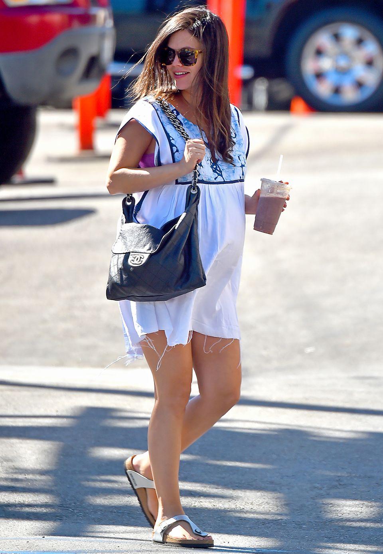 Rachel Bilson lässt französischen Schick auf deutschen Komfort treffen: Zu ihrem Kleid im Babydoll-Schnitt trägt sie eine Handtasche von Chanel und Zehenstegsandalen von Birckenstock.