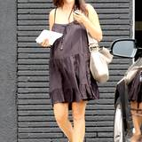 Passend zum luftigen Hängerchen setzt Rachel Bilson auch bei ihren Schuhen auf den bequemen Look und stimmt ihre Chucks farblich auf ihre Tasche von Chloé ab.