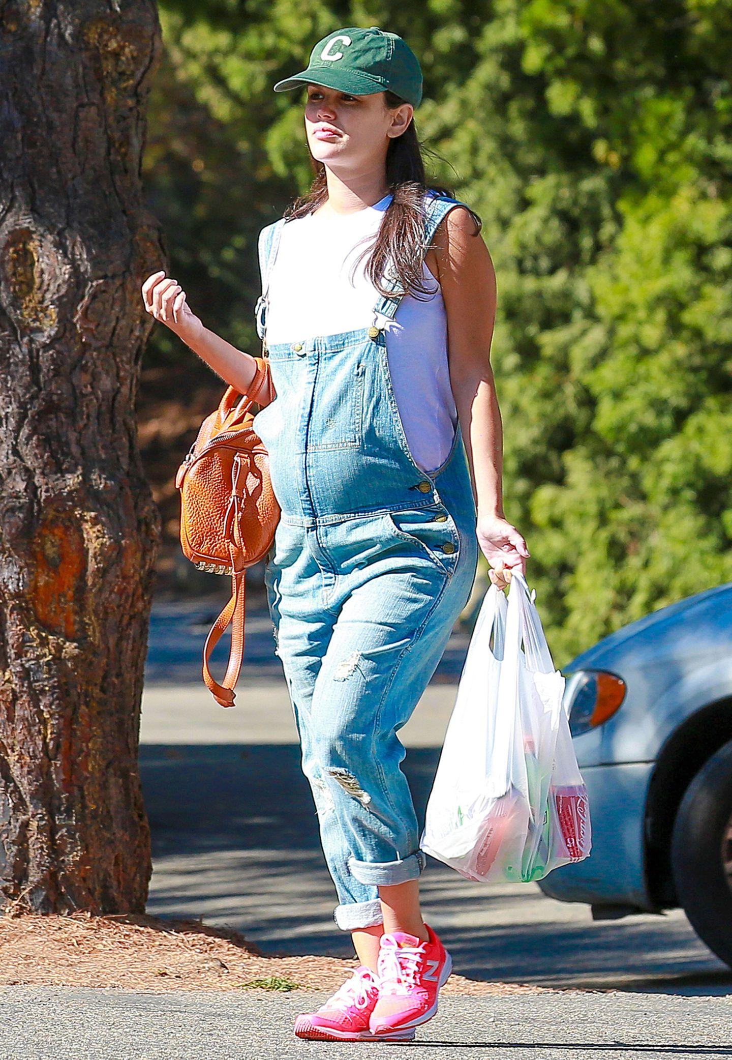 Mit knalligen Sneakern, Baseball-Cap und Latzhose kreiert Rachel Bilson einen ziemlich sportlichen Schwangerschafts-Look mit dem sie stressfrei zum Einkaufen gehen kann.