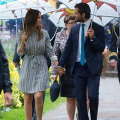 Wegen des unroyalen Wetters sind Regenschirme ihre ständigen Begleiter: Sofia und Carl Philip zeigen sich verliebt wie eh und je. Händchenhalten unter dem Regenschirm inklusive.