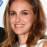 Bis heute hat Natalie Portman ihr jugendlich frisches Aussehen behalten. Auch am Augen-Make-up und dem hübschen Lachen hat sich nichts verändert.
