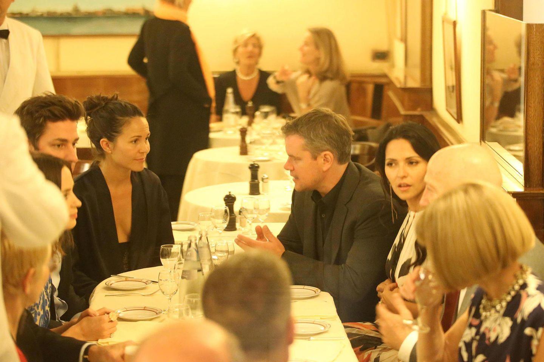 Die geladenen Gäste wie Matt Damon, Luciana Barroso, Emily Blunt, John Krasinski und Anna Wintour kommen am Abend vor der Hochzeit bei Wein und einem guten Essen zsuammen.