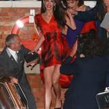 An ihrem Junggesellinnenabschied trägt Amal ein rotes Kleid und passenden Lippenstift.
