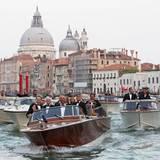 George Clooney und die Hochzeitsgäste werden mit den Booten zur Trauung gebracht.