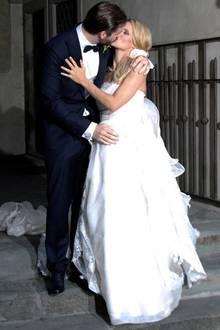 Michelle Hunziker und Tomaso Trussardi haben sich in Bergamo das Jawort gegeben. Das frisch verheiratete Paar küsst sich lang und innig. Tomaso hat zärtlich seine Hand auf Michelles Babybäuchlein gelegt.