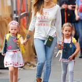Jeden Morgen geht Sarah Jessica Parker mit ihren Zwillingen Marion und Tabitha Broderick zur Schule. Dabei sieht jedoch nicht nur die 49-Jährige immer wieder anders aus. Denn auch ihre Töchter stehen ihr in Sachen Mode in Nichts nach. Gerne würden wir einmal den Kleiderschrank der zwei Mädchen sehen - der von Carrie Bradshaw muss dagegen nämlich wie einWitz aussehen.