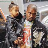 Im schicken Designeroutfit lässt sich North West von Papa Kanye West durch die Gegend tragen. Medien berichten, dass die Kleine ein eigenes Team aus Stylisten haben soll, das ihre Eltern wöchentlich stolze 4500 Euro kostet.